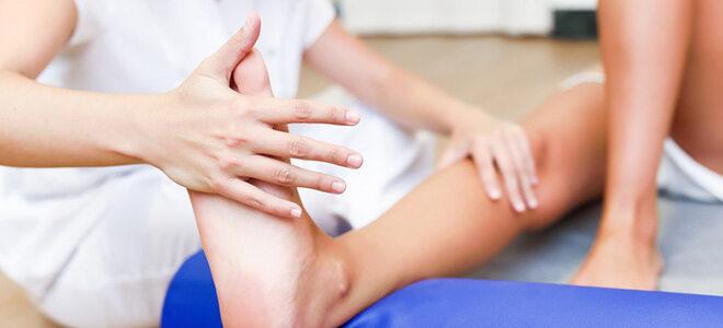 Sport bei Rheuma kann helfen, Schmerzen und Versteifungen an Gelenken zurzubeugen.
