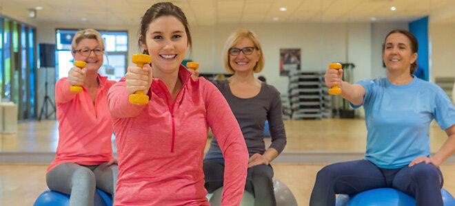 Sport bei Rheuma: Funktionstraining mit Hanteln und Gymnastikbällen
