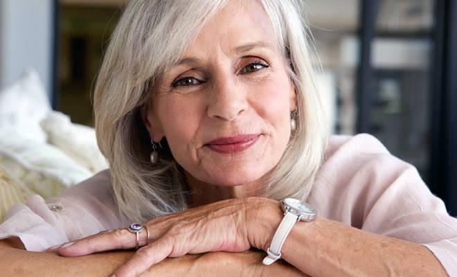 Ältere Frau mit grauen Haaren.