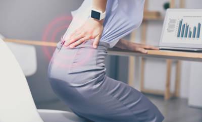 Ein verkürzter Hüftbeuger verursacht beim Aufstehen häufig Schmerzen im unteren Rücken.