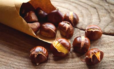 Frisch geröstete Maronen vom Stand: Kalorienarm und reich an Vitalstoffen.
