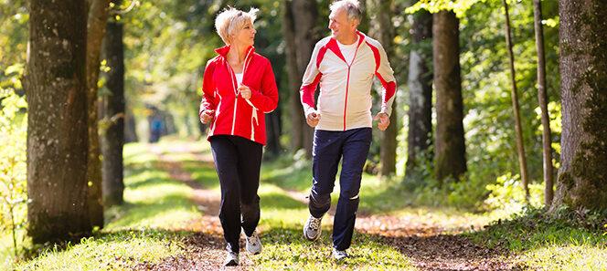Älteres Paar beim Joggen.