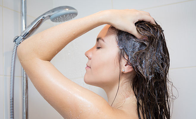Frau duscht