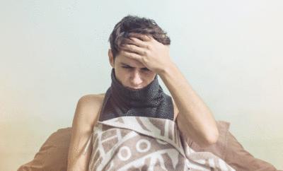 Mann ist krank im Bett
