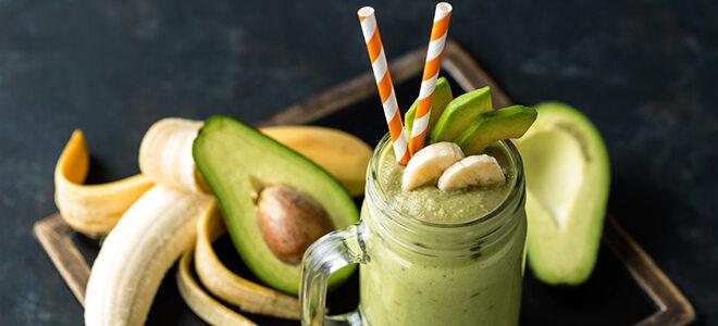 Ein Smoothie aus Bananen und Avocados verbessert die Stimmung auf natürliche Weise.