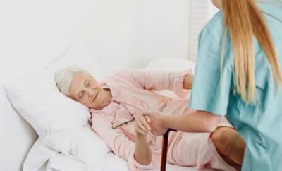 Von Dekubitus sind vor allem ältere, pflegebedürftige Menschen betroffen.