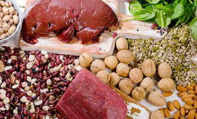 Eisen steckt unter anderem in rotem Fleisch, grünem Gemüse und Hülsenfrüchten.