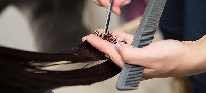 Haarspitzen, die geschnitten werden.