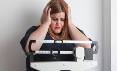 Übergewichtige Frau auf Waage