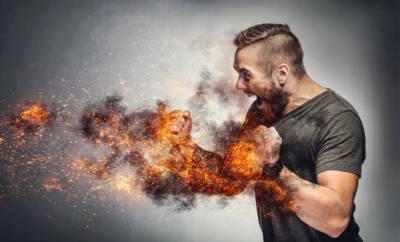 Mann kämpft gegen feuer