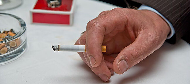 Ausschnitt einer Hand mit Zigarette.
