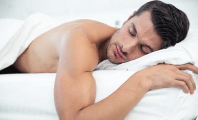 Nackt schlafen soll gesund sein.