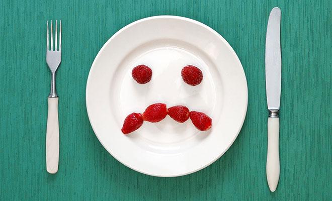 Trauriges Obstgesicht auf Teller