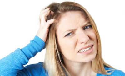 Besonders eine juckende Kopfhaut, auf der sich zusätzlich Schuppen bilden, kann auf eine seborrhoische Dermatitis hinweisen.