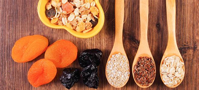 Eine ballaststoffreiche Ernährung kann Verstopfung lösen.