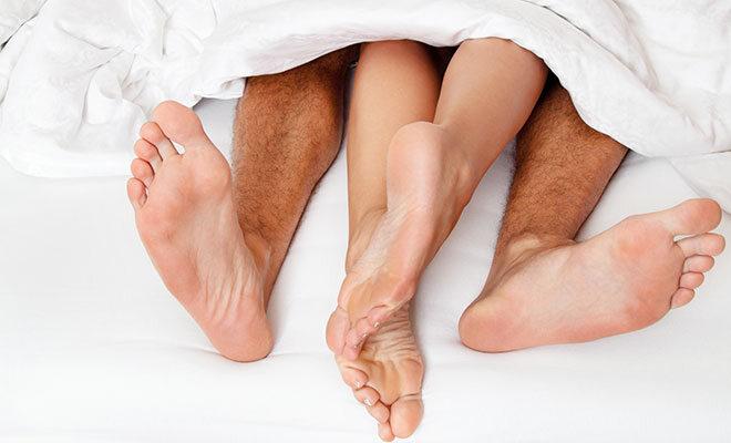 Füße im Bett.