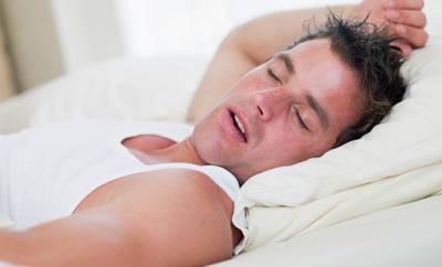 Mann schläft mit verstopfter Nase