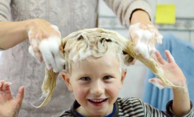 Mädchen bekommt die Haare gewaschen.