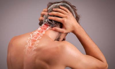 Mann hat Nacken und Kopfschmerzen