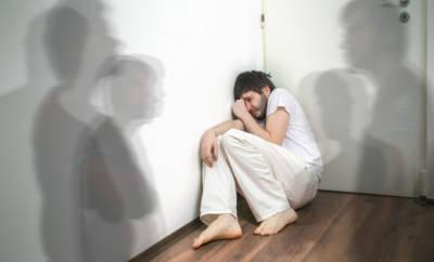 Ein junger Mann leidet an einer Psychose