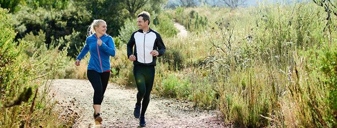 Frau und Mann joggen zusammen.