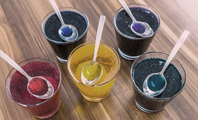 Verschiedene Lebensmittelfarben in kleinen Gläsern.