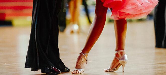 Junges Paar beim professionellen Tanzen.