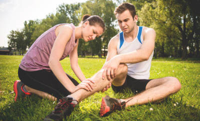 Nach einer Wadenzerrung sollte der verletzte Muskeln sofort ruhig gestellt und gekühlt werden.