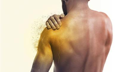 Mann mit Kalkschulter hält sich die Schulter