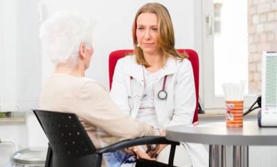 Ältere Frau im Beratungsgespräch mit Ärztin.