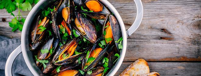 Muscheln, die in einem Topf appetitlich zubereitet sind.