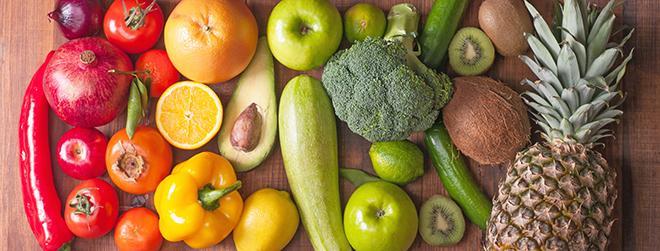 Buntes Obst und Gemüse, das schön angerichtet ist.