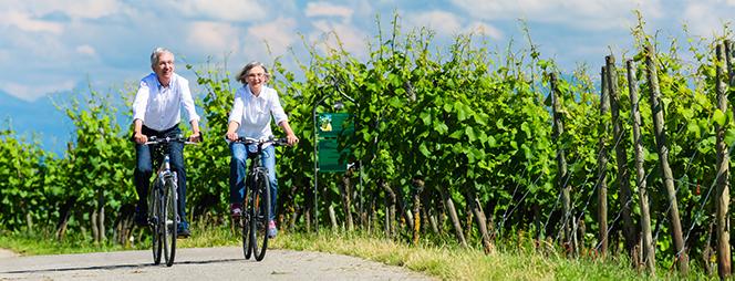 Älteres Paar, das gemeinsam Fahrrad fährt.