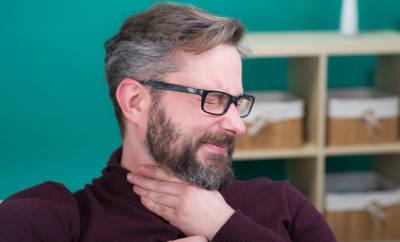 mann leidet unter schluckbeschwerden