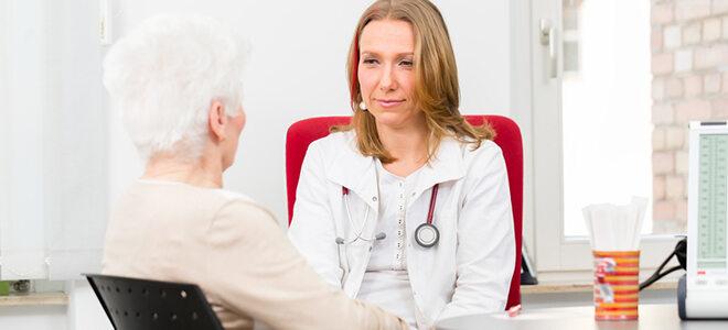 Ältere Frau in Gespräch mit Ärztin.
