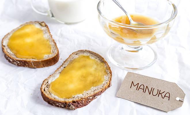Zwei Brote mit Manuka Honig, schön angerichtet.