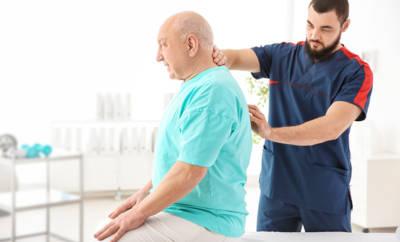 Älterer Mann bei Physiotherapie.