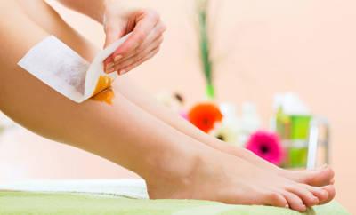 Mit ein paar einfachen Tricks können auch Anfänger ihre Beine & Co. mit Wachs enthaaren.