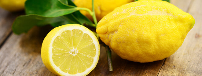 Zitronen schön auf einem Holzbrett angerichtet.
