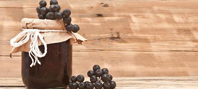 Aronia Beeren Marmelade in einem schönen Glas.