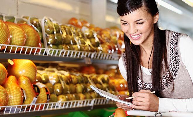 Frau geht mit Ernährungsplan einkaufen