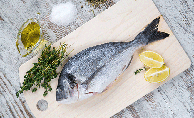 Fisch und Olivenöl gehören zur mediterranen Errnährung.