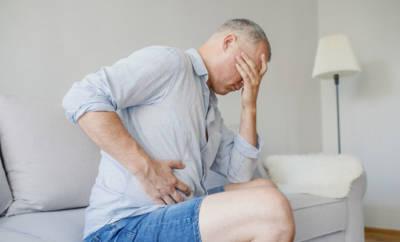 Mann mit Bauchschmerzen und Sehstörungen