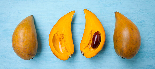 Aufgeschnittene Lucuma Frucht.