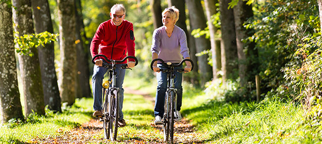 Senioren Pächen, das gemeinsam entspannt Fahrrad fährt.
