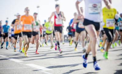 Marathonläufer bei einem Rennen.