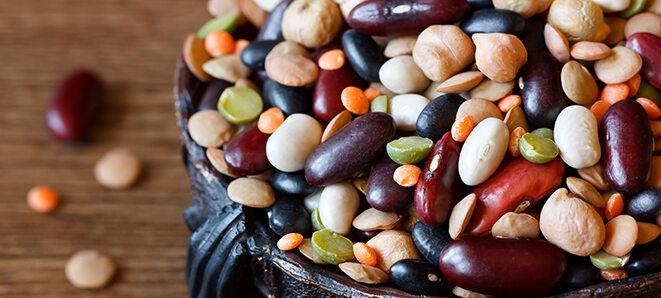 Verschiedene Hülsenfrüchte in einer Schale.