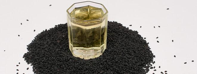 Kleines Glas mit Schwarzkümmelöl.