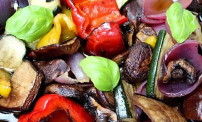 Gegrillte Antipasti: Pilze, Paprika, Zucchini, Zwiebeln.