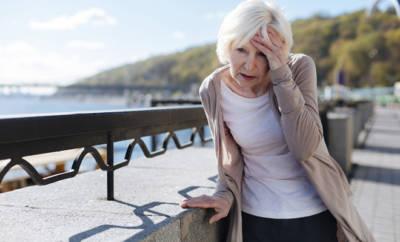 Verwirrte Seniorin auf der Straße.